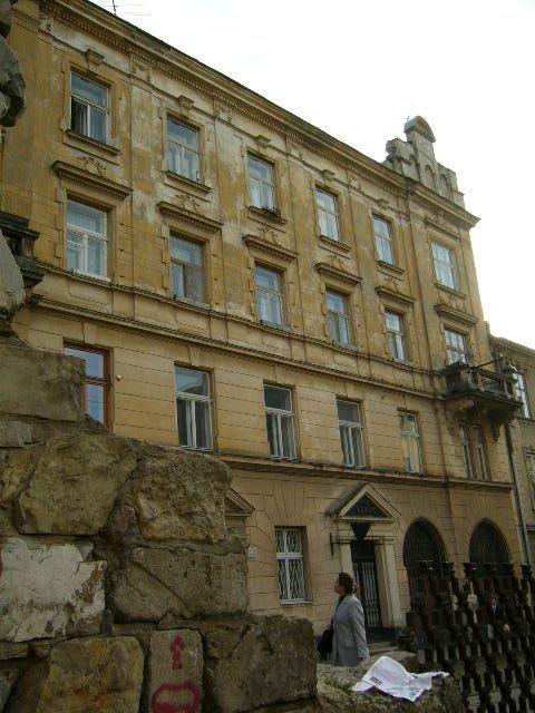 Жилой дом, с фрагментами низкой стены XIV в.